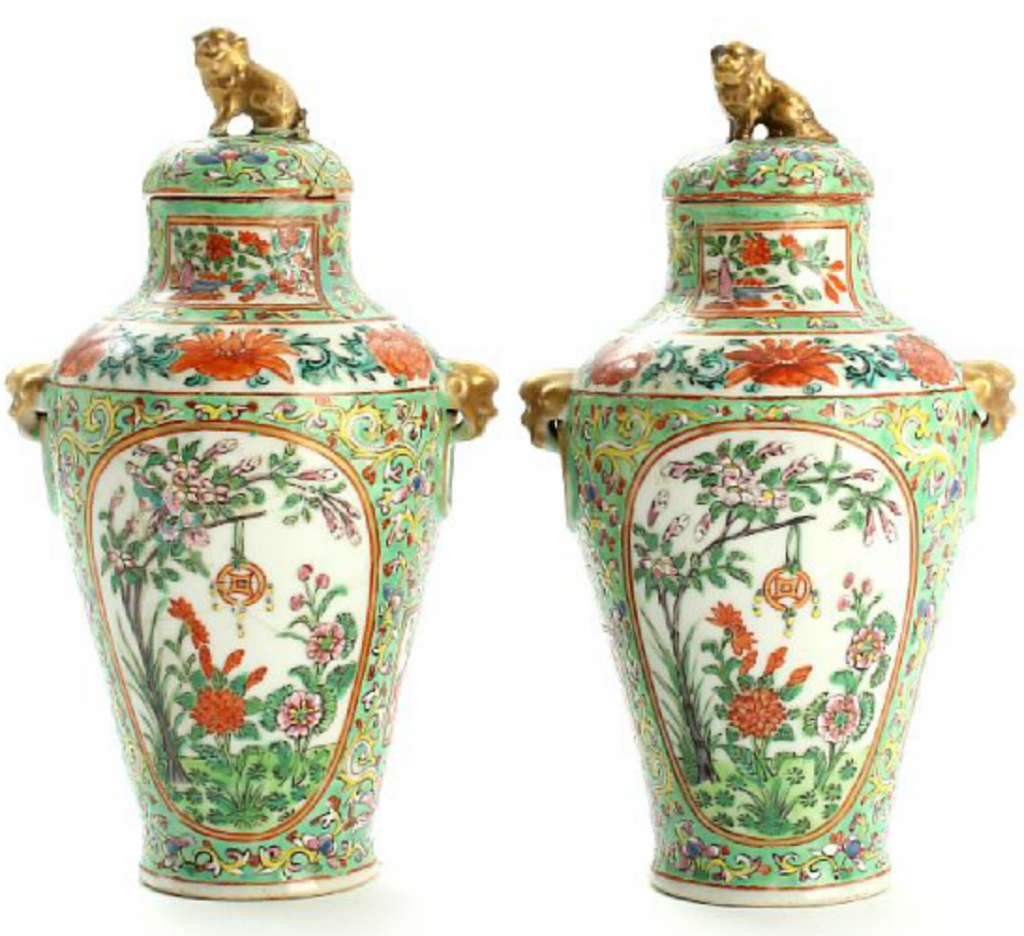 A pair of Chinese porcelain lid vases, decorated in colours and gold with gardenscapes in panels and floral design, finials in shape of lions. Late Qing, 19th century. H. 21 cm. Price est.: DKK 3,000