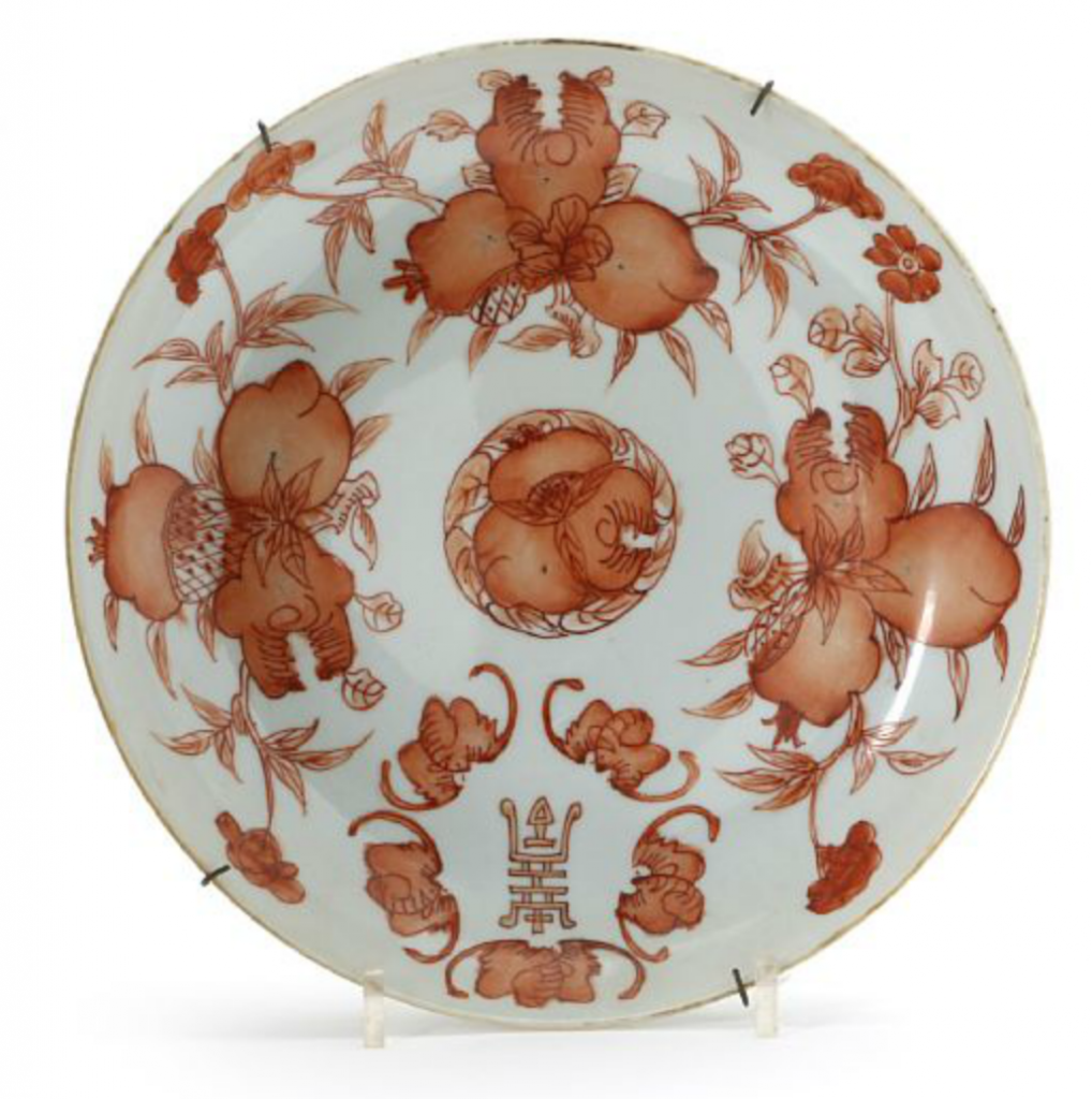 A Chinese porcelain dish decorated in iron-red with peaches, bats and longevities. Guangxu mark and period. Diam. 25 cm. Price est.: kr 2,000 (€ 270)