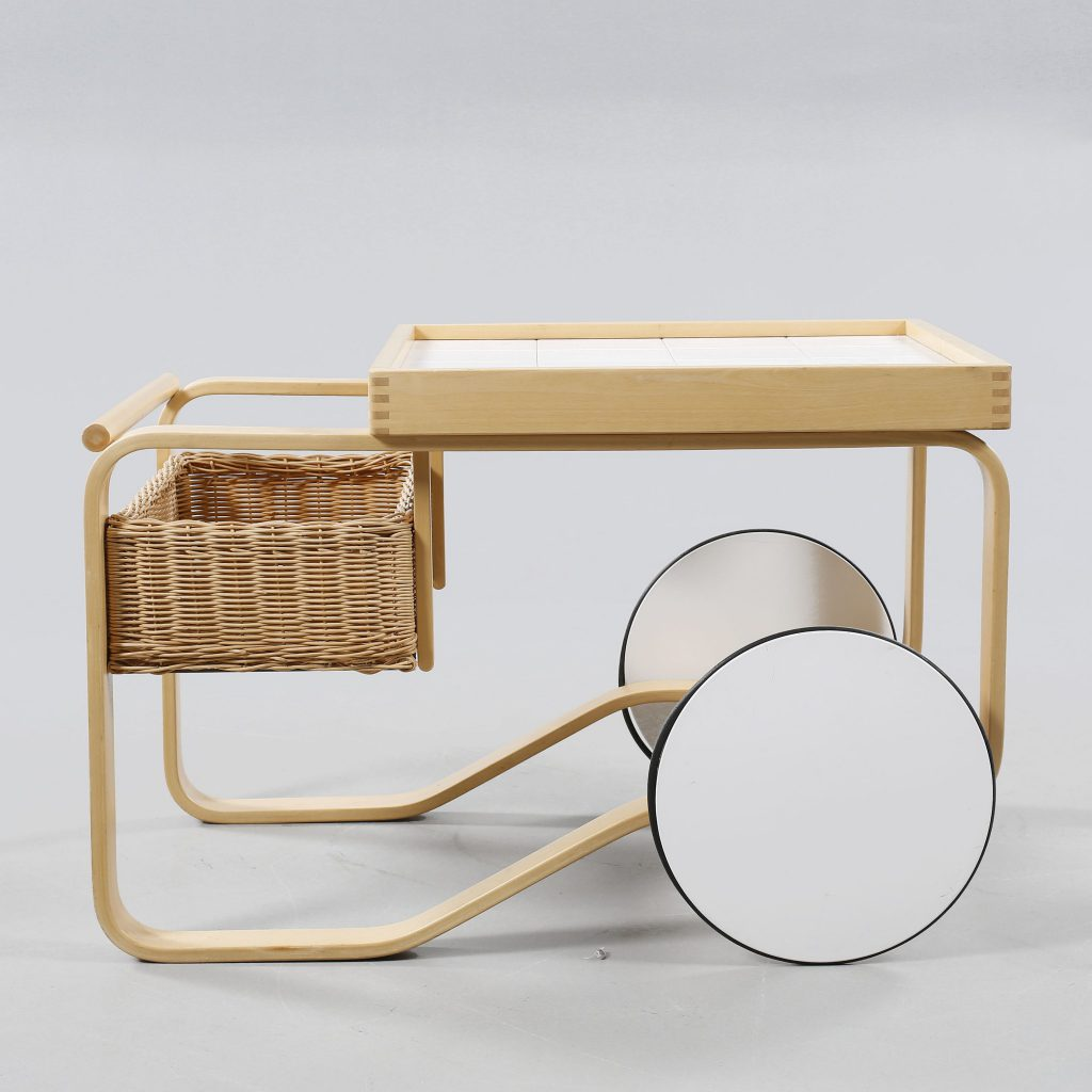 AN ALVAR AALTO SERVING TROLLEY Model 900, made by Artek, designed 1937, made around year 2000. Längd 90 cm. Bredd 62 cm. Höjd 60 cm.